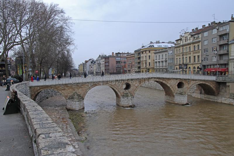 Il ponte latino è un ponte storico dell'ottomano a Sarajevo fotografia stock