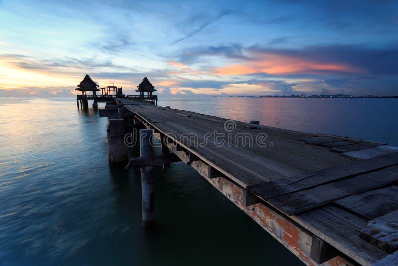 Il ponte lungo sopra il mare con una bella alba, Tailandia immagini stock