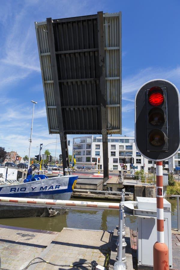 Il ponte mobile aumenta su in moda da potere passare una nave da carico fotografie stock libere da diritti