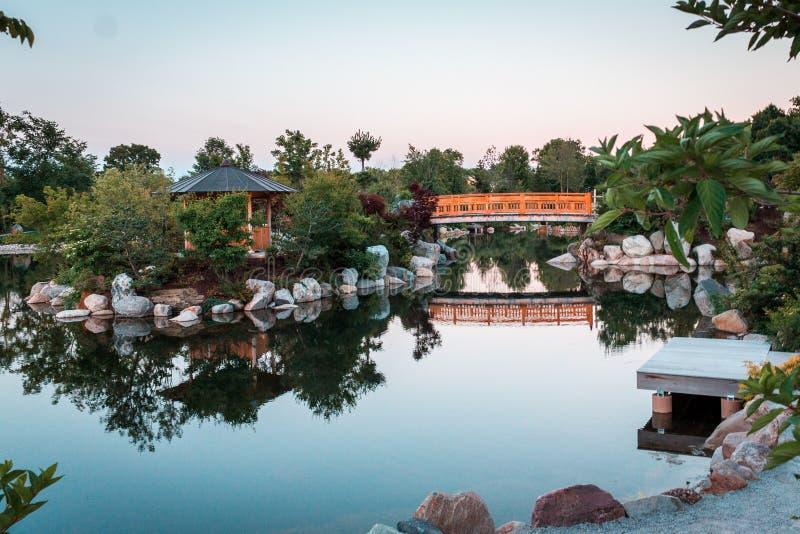 Il ponte nei giardini giapponesi al tramonto a Grand Rapids Michigan fotografia stock libera da diritti
