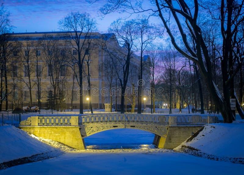 Il ponte nel giardino di Mikhailovsky fotografia stock