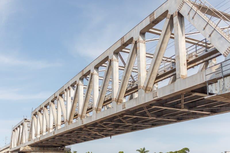 Il ponte non identificato del ferro del treno della metropolitana con lo zigzag allinea il usi costruito fotografia stock libera da diritti