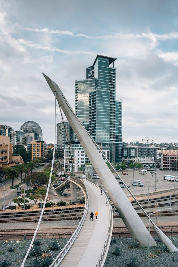 Il ponte pedonale dell'azionamento moderno del porto, a San Diego del centro, California fotografia stock