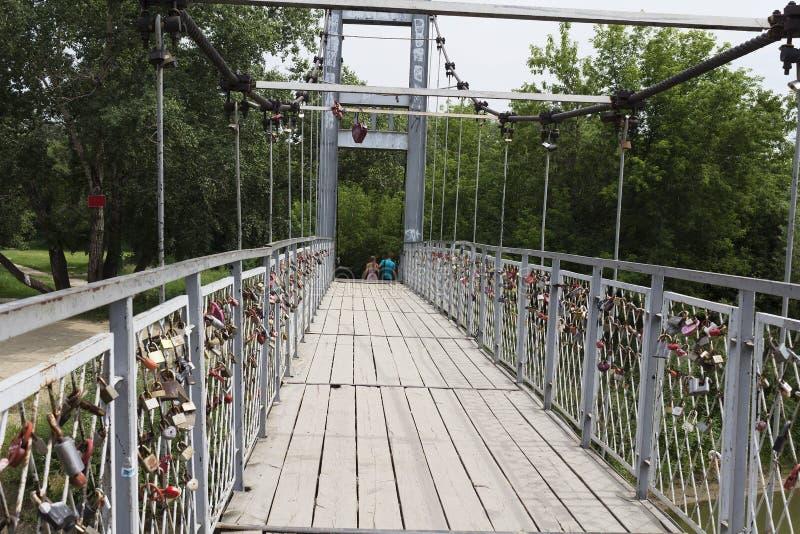 Il ponte sospeso con le serrature fotografia stock