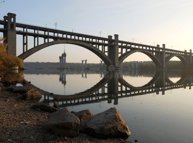 Il ponticello attraverso il fiume di Dnieper in Zaporizhzhy immagine stock libera da diritti