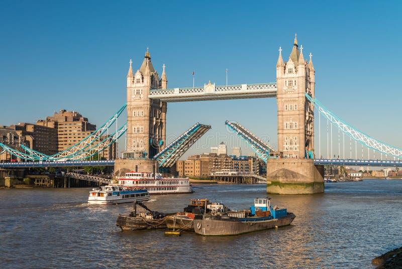 Download Il Ponticello Della Torretta, Londra Apertura Del Ponte Mobile Immagine Stock - Immagine di nero, ponticello: 56888187