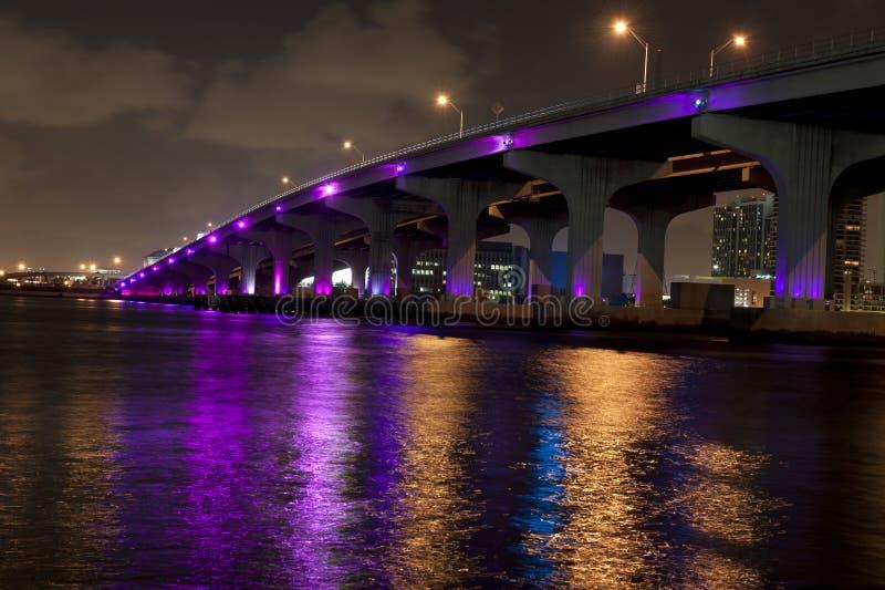 Il ponticello di Miami si è illuminato nella porpora immagine stock