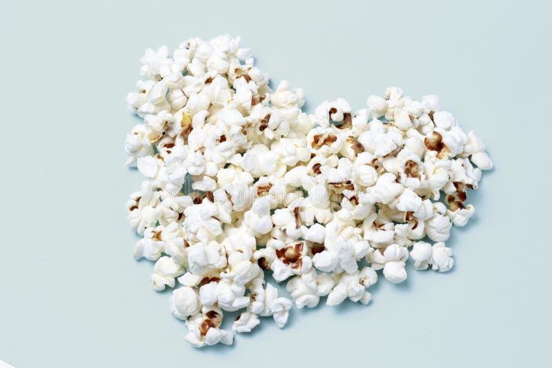 Il popcorn ha presentato sotto forma di un primo piano del cuore, vista superiore immagine stock libera da diritti
