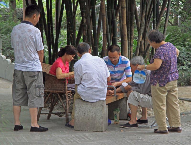 Il popolo cinese è carte da gioco in parco di Chengdu fotografia stock