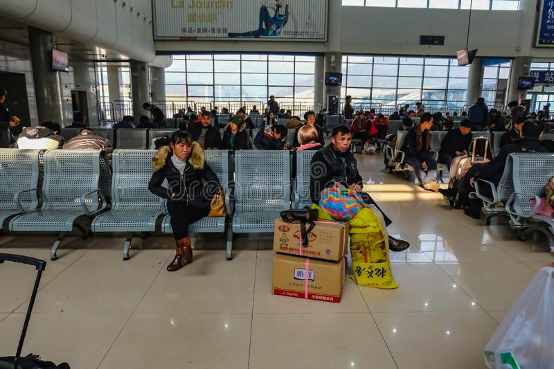 Il popolo cinese aspetta il treno del razzo per andare ad un'altra città nella stazione ferroviaria di Yiwu fotografia stock