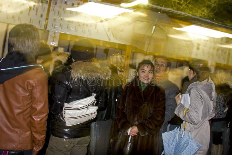 Il popolo giapponese di vigilia di nuovo anno prega il santuario del tempiale fotografia stock libera da diritti