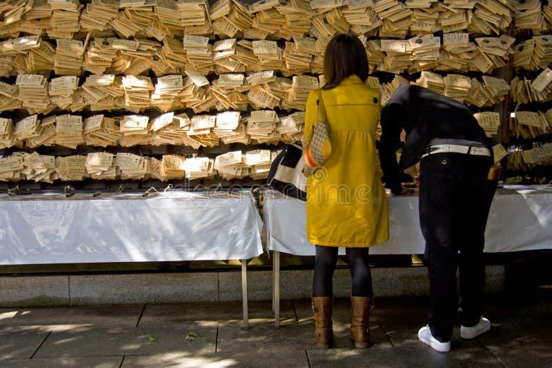 Il popolo giapponese prega il santuario AME immagini stock libere da diritti