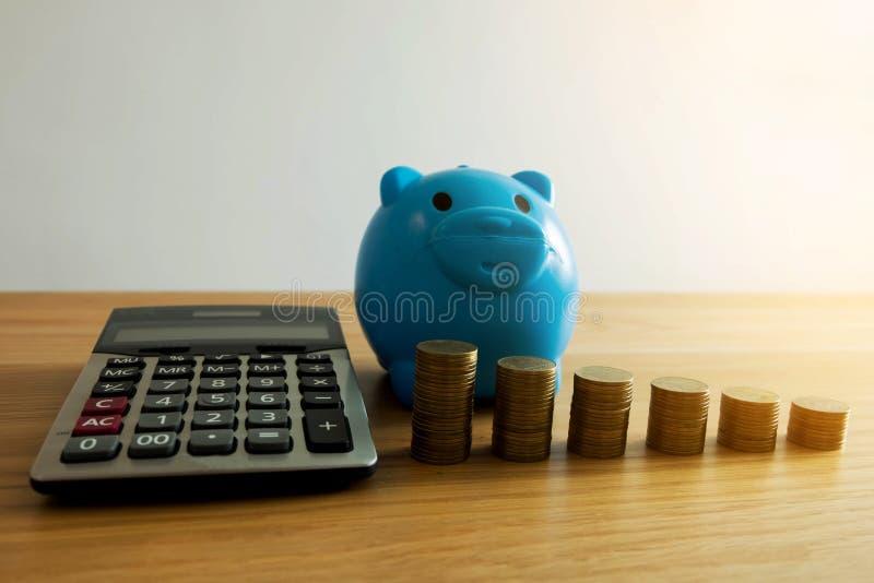 Il porcellino salvadanaio blu con l'affare, risparmia i soldi Concetto di finanze immagini stock