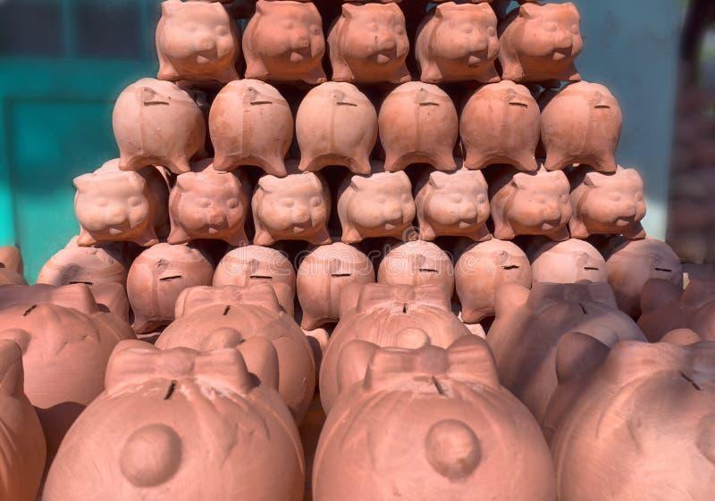 Il porcellino salvadanaio finito preparando il corpo ha decorato il maiale immagine stock libera da diritti