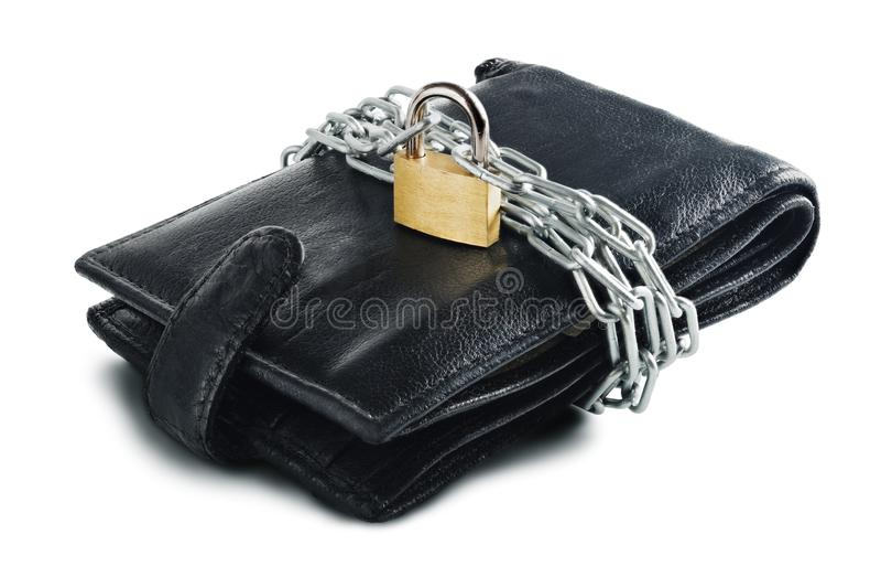 Il portafoglio di cuoio con la serratura e la catena su bianco hanno isolato il fondo Concetto di protezione soldi elettronici e  immagini stock