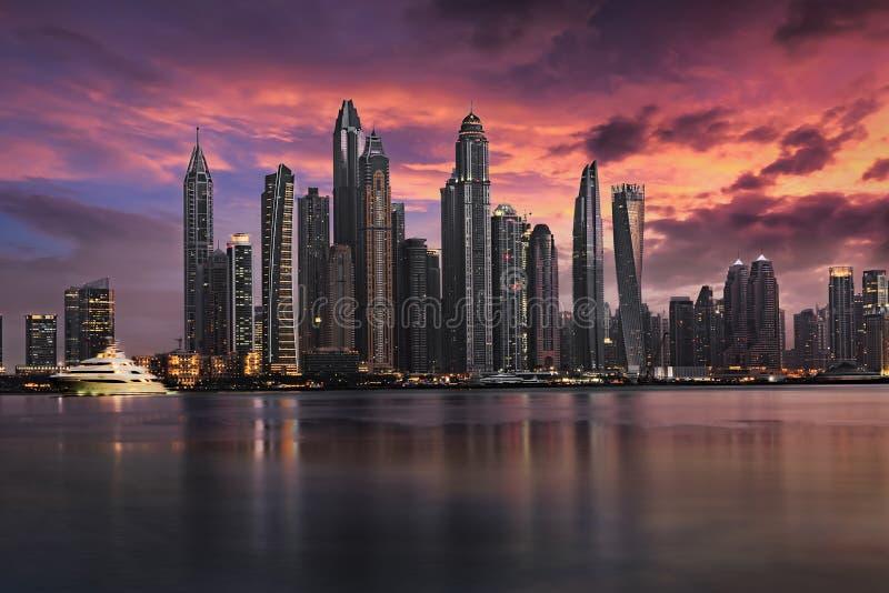 Il porticciolo del Dubai durante il tramonto nuvoloso fotografie stock