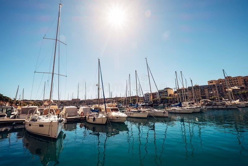 Il porticciolo dell'yacht di Msida si mette in bacino vicino alla capitale del ` s di La Valletta Malta immagine stock libera da diritti