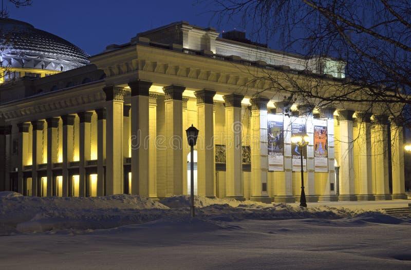 Il portico dell'opera di Novosibirsk nella notte di inverno immagine stock libera da diritti