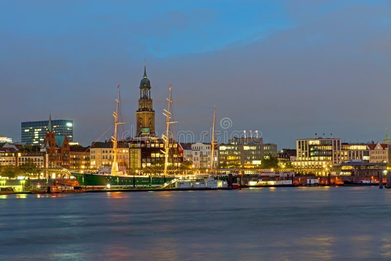 Il porto di Amburgo alla notte fotografie stock libere da diritti