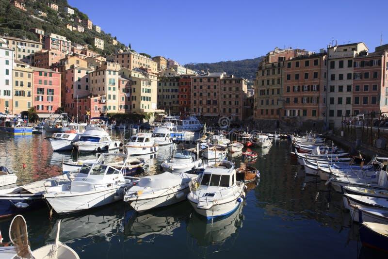 Il porto di Camogli nel paesino di pescatori di Camogli, golfo di Paradise, parco nazionale di Portofino, Genova, Liguria, Italia immagine stock libera da diritti