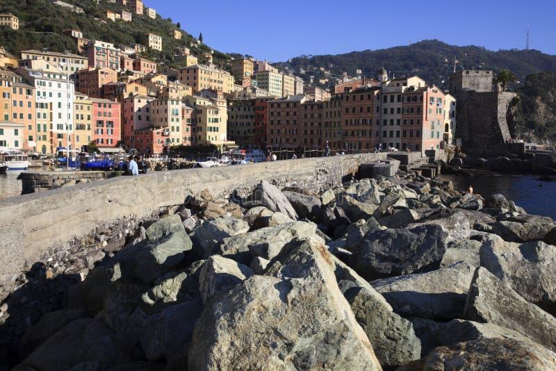 Il porto di Camogli nel paesino di pescatori di Camogli, golfo di Paradise, parco nazionale di Portofino, Genova, Liguria, Italia immagine stock