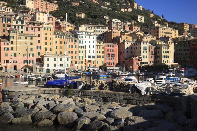 Il porto di Camogli nel paesino di pescatori di Camogli, golfo di Paradise, parco nazionale di Portofino, Genova, Liguria, Italia fotografie stock