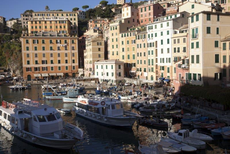 Il porto di Camogli nel paesino di pescatori di Camogli, golfo di Paradise, parco nazionale di Portofino, Genova, Liguria, Italia fotografia stock libera da diritti