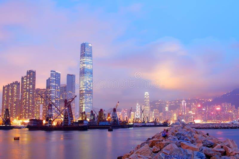 Il porto di Hong Kong con muoversi spedice al crepuscolo fotografie stock