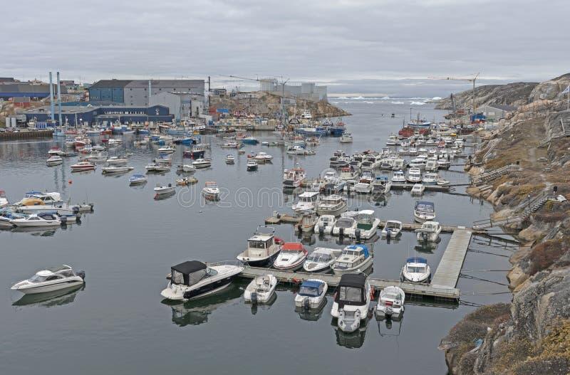 Il porto di un paesino di pescatori a distanza della Groenlandia immagini stock libere da diritti