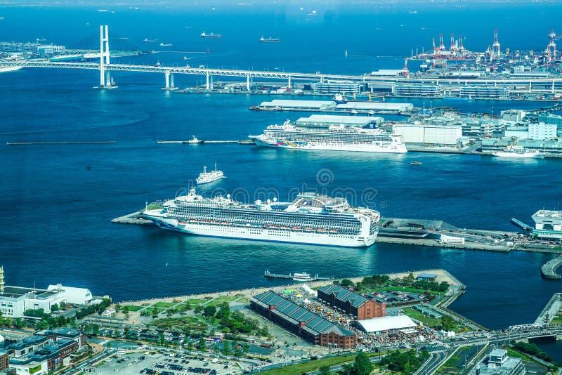 Il porto di Yokohama dai simultaneouslys stranieri delle navi della fodera di lusso tre della torre 20180428 del punto di riferim immagini stock