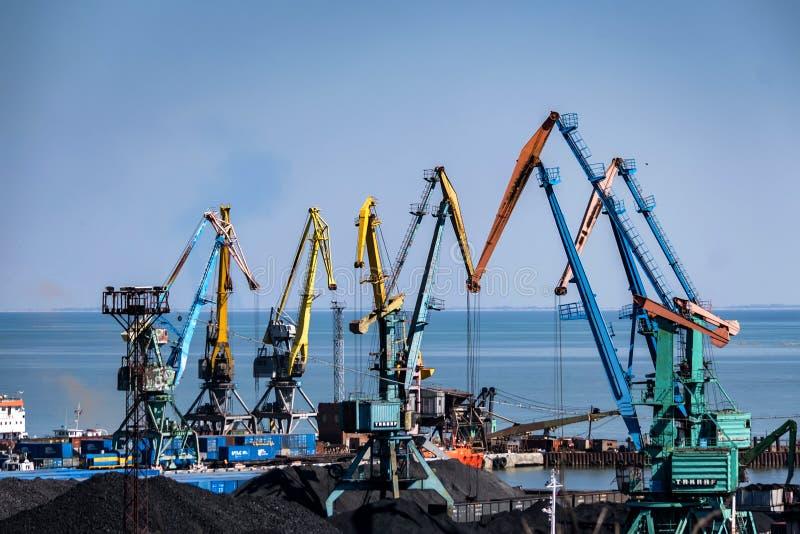 Il porto marittimo industriale con molte gru osserva fotografia stock