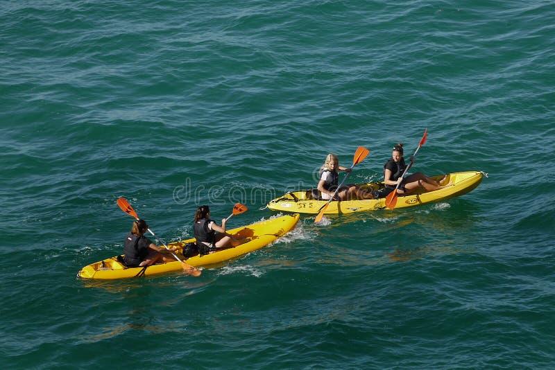 Il Portogallo Algarve Lagos, kajak scava il giro immagini stock