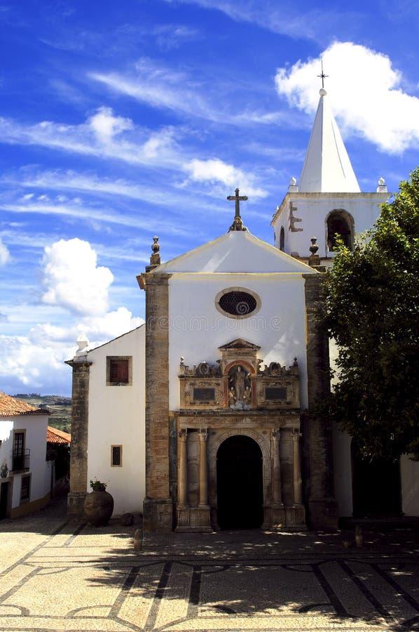 Il Portogallo, Obidos; la chiesa del villaggio immagine stock
