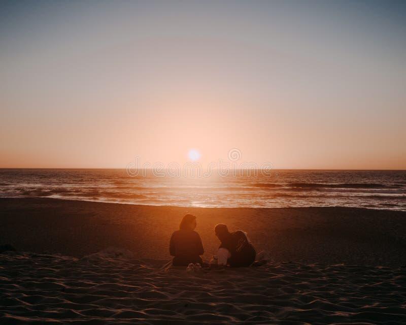 Il Portogallo - un giorno di 2018 guarnizioni di gomma piuma Coppie che esaminano tramonto arancio di autunno nel bello giorno immagini stock libere da diritti