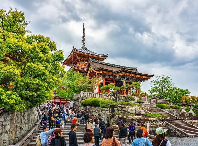 Il portone ad ovest Seimon e pagoda Tre-leggendaria al tempio di Kiyomizu-dera fotografia stock