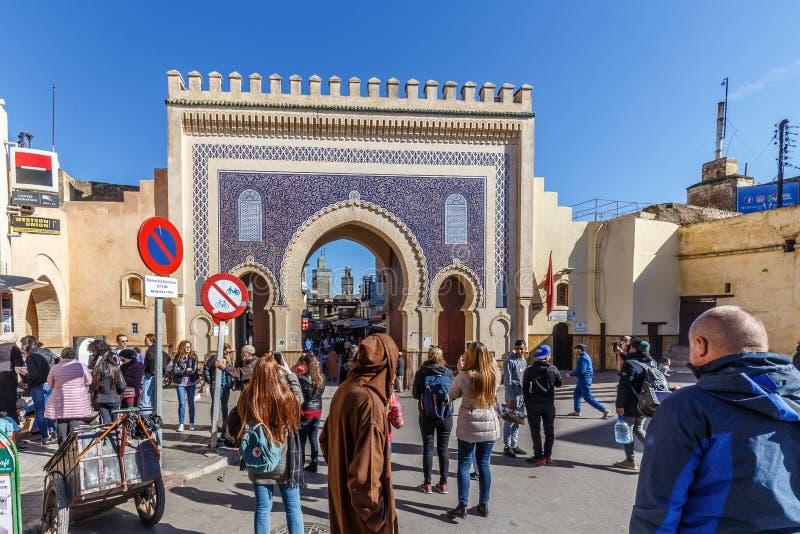 Il portone blu al Medina di Fes fotografia stock