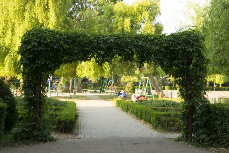 Download Il Portone Del ` S Di Cielo Fotografia Stock - Immagine di alberi, cancello: 117980204