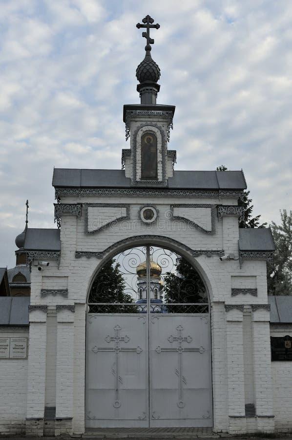 Il portone dell'entrata nella chiesa ortodossa del cortile di Spirito Santo, Russia Cielo blu e nubi bianche immagine stock