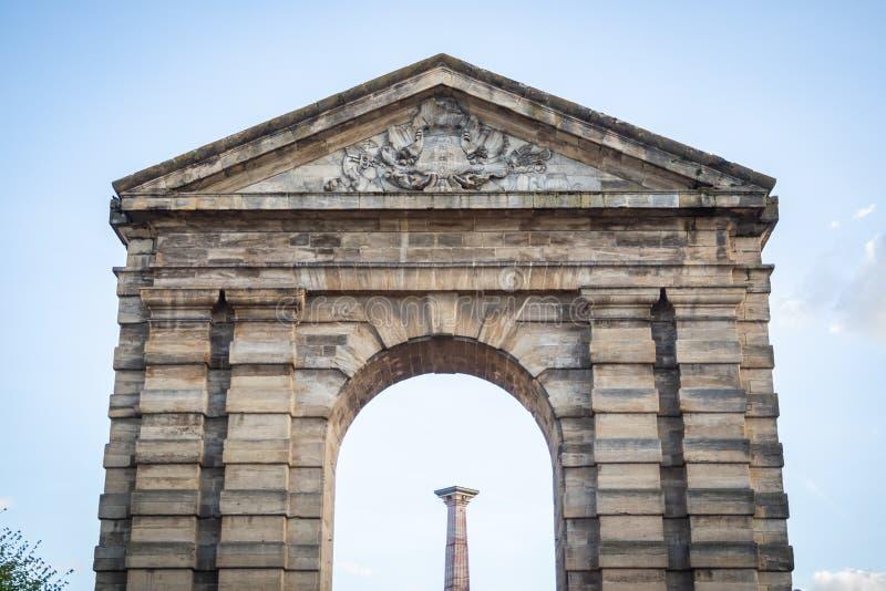 Il portone di Aquitaine Victory Square con il suo arco trionfale antico fotografie stock libere da diritti