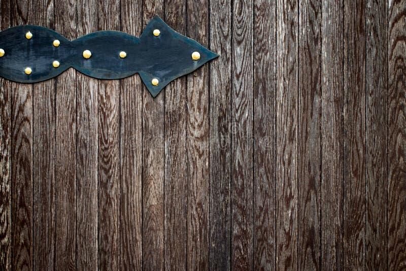 Il portone di legno con gli elementi del ferro battuto si chiude su immagine stock