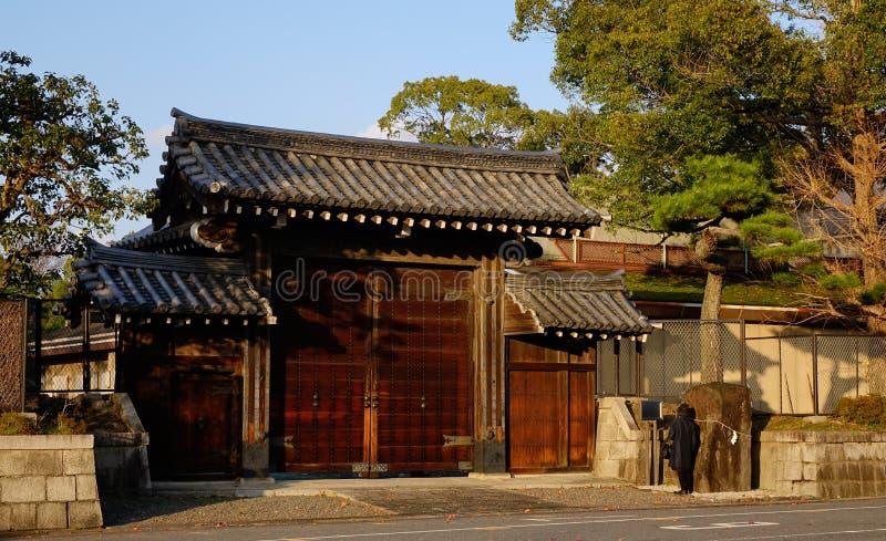 Il portone di legno del santuario a Kyoto, Giappone fotografia stock libera da diritti