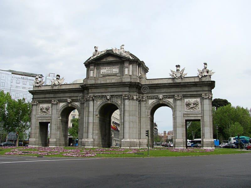 Il portone di Puerta de Alcala Alcala è un monumento nel quadrato di indipendenza immagine stock