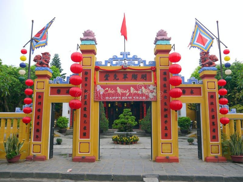 Il portone di un tempio tradizionale di Dio della terra fotografia stock