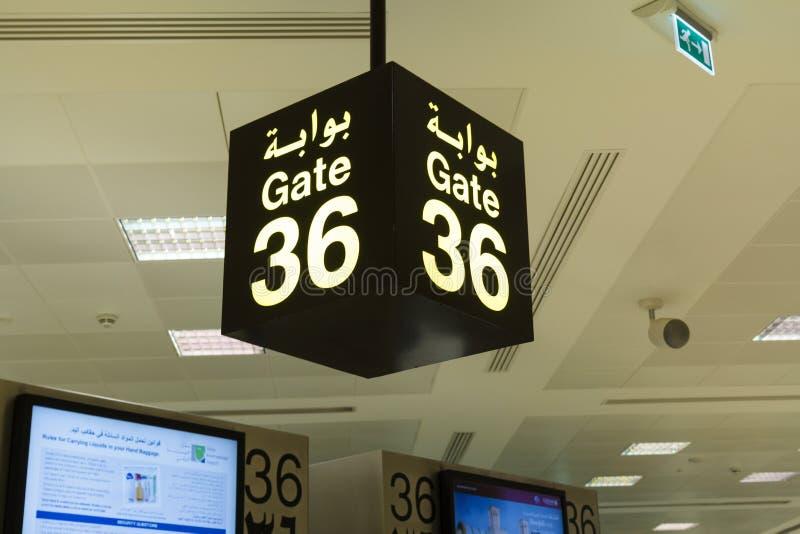 Il portone firma dentro l'aeroporto immagine stock