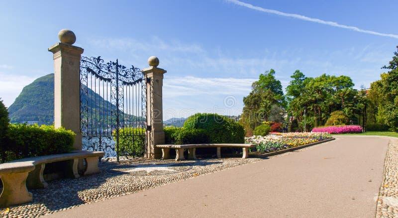 Il portone nel parco della villa Ciani fotografia stock libera da diritti