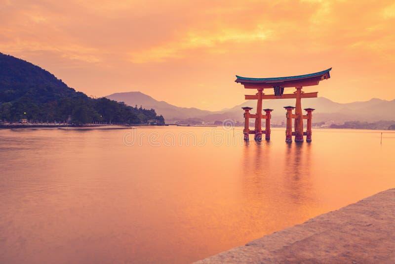 Il portone shintoista arancio famoso (Torii) dell'isola di Miyajima, prefettura di Hiroshima, Giappone fotografia stock