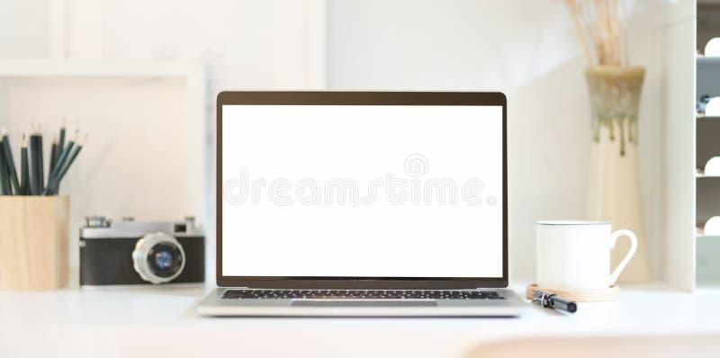 Il posto di lavoro del fotografo professionista con il computer portatile aperto dello schermo in bianco fotografie stock libere da diritti