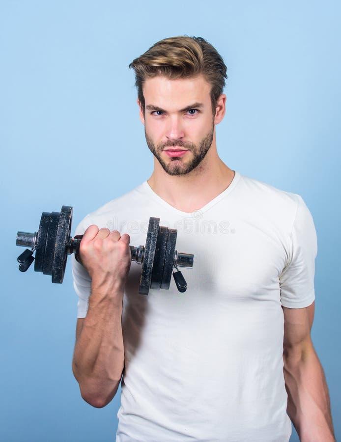 Il potere degli uomini Barbell di sollevamento dell'uomo Addestramento dello sportivo nella palestra Attrezzatura della testa di  immagine stock