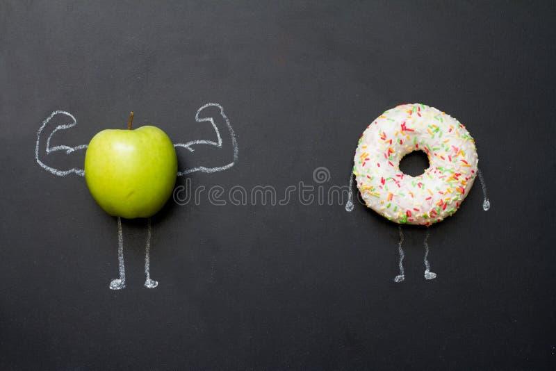 Il potere delle vitamine è a dieta il concetto astratto con la mela verde dei muscoli sulla lavagna fotografia stock
