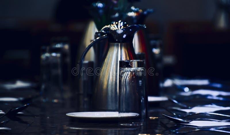 Il pozzo ha decorato la tavola dinning con la foto di riserva dei cucchiai fotografia stock
